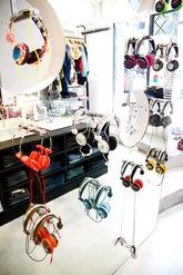東京・渋谷にあるWeSCの直営店「WeSC TOKYO」。洋服とともに、ヘッドホンも普通に壁に掛けられている。大きな鏡で、服と合わせながら選べる