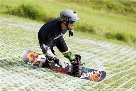 サマーゲレンデでスノーボードを楽しむボーダー=群馬県片品村(丸沼高原提供)