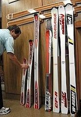 小賀坂スキー製作所(長野市)がレンタル業者向けに販売しているスキー板。県索道事業者協議会はこの冬、県内レンタル業者に品質の向上を呼び掛ける