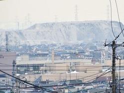 札樽道手稲インターから北北西向きに撮影された雪堆積場