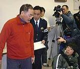 救助され、医師の診断を受けた後、会見に臨む福山貴司さん