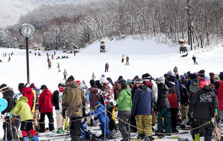 リフト待ちの長い列ができた箕輪スキー場