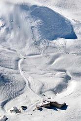 雪崩のあった現場(中央上)。下は室堂ターミナル=30日午前11時52分、立山町、本社機から、安冨良弘撮影