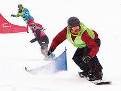 日ごろの練習の成果を発揮し滑走する選手たち