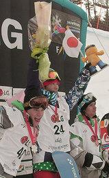 スノーボード世界選手権の男子ハーフパイプで優勝し、表彰台で喜ぶ青野令(中央)。「優勝したのかな、という感じ。もっと練習しなければいけない」と決意を語った(23日、韓国・江原)
