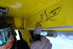 捕鯨反対のメッセージと受け取れる落書きが書かれたゴンドラ