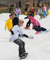 秋晴れの造雪ゲレンデを滑る若者たち=郡上市高鷲町の鷲ケ岳スキー場で