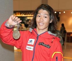 ビッグエアで獲得した銀メダルを披露