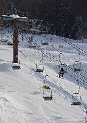 コースを限定して再開したゲレンデ。左側のリフトは止まったまま=長野県佐久市の「佐久スキーガーデンパラダ」で2014年2月20日、武田博仁撮影