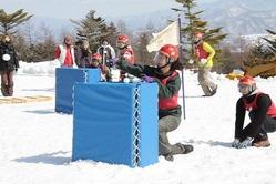 雪玉を投げる参加者=北杜市大泉町西井出のサンメドウズ清里スキー場で