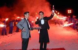 ワインレッドにライトアップされたゲレンデで「ボージョレ・ヌーボー解禁」に合わせてコルクを抜くソムリエ=長野県軽井沢町の軽井沢プリンスホテルスキー場で