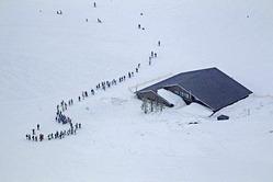 大雪に埋もれたゲレンデ内のロッジ(15日、滋賀県高島市の箱館山スキー場で、本社ヘリから)