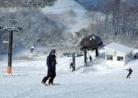 営業を始めたゲレンデでさっそく滑りを確かめるスノーボーダーら
