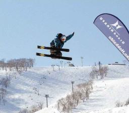 音楽をバックに迫力あふれるエアを披露するフリースタイルスキーの選手