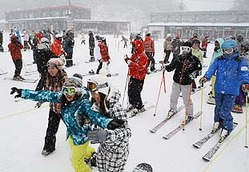 新雪を楽しむ客でにぎわう芸北国際スキー場=26日午前11時35分、広島県北広島町(撮影・今田豊)