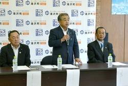 アルペンW杯の開催地へ立候補を表明した田村正幸町長(中央)=2日、湯沢町