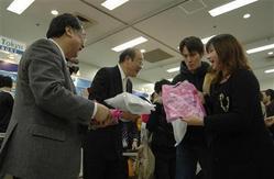 冬のリゾートでの楽しみをPRする、プリンスホテルの渡辺幸弘社長(左から2人目)と東急リゾートサービスの有馬修社長(左)=27日、東京都豊島区(写真:フジサンケイビジネスアイ)