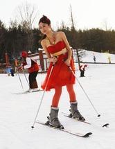 黒龍江省の伊春梅花山スキー場で17日、短いスカートに肩を完全に露出する服装の若い女性のスキーヤーがあらわれ、周囲の視線を釘づけにした。地元の伊春市は市街地でも最低気温が摂氏氷点下27度。撮影のための「ありえない薄着」だったが、「大丈夫なのかね」などの声も上がった。