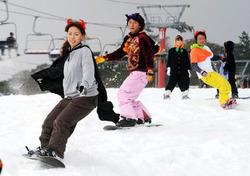 スキー場 静岡で「日本一早いオープン」初滑りを楽しむ
