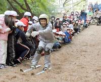 落ち葉スキーを楽しむ恵田小学校の子供たち=愛知県岡崎市で2009年11月5日午前9時37分、竹内幹撮影