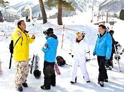 白馬五竜スキー場を訪れた中国のスキー場関係者ら=白馬村
