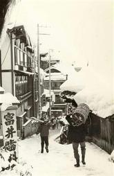 昭和40年代の大湯付近の風景。このころはすでにスキー客が訪れるようになっていた(野沢温泉提供)