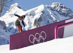 ソチ冬季五輪の開会式に先立ち競技が始まった、新種目のスノーボード・スロープスタイル男子予選でレールの上を滑る角野友基=6日、ソチ(共同)