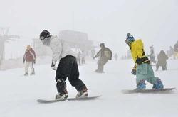 日本最南端のスキー場で、初滑りを楽しむスノーボーダーら(共同)