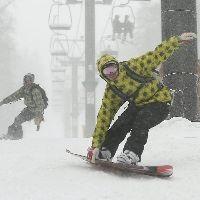 雪が激しく降る中、初滑りを楽しむ人たち(北海道上川町の黒岳スキー場で)=伊藤紘二撮影