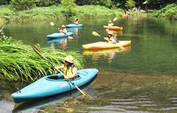 豊かな自然が残る高原の中でカヌーを楽しむ 参加者たち=郡上市明宝奥住、めいほう高原(昨年の様子)