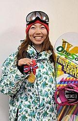 愛用のボードと優勝メダルを手に、来季への意気込みを語る田嶋さん