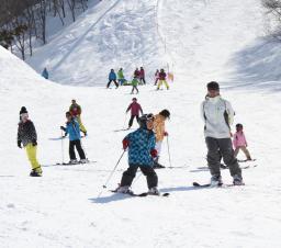 2月の大雪で客足が鈍った南魚地域のスキー場。大型連休まで営業する所もあり、巻き返しを図る=湯沢町湯沢