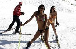 12日、レバノン・ベイルート近郊のスキー場で、水着姿にスキー板という姿でポーズを取る女性たち。南米ベネズエラ出身の2人は、ミスコンテストで好成績を収めた同国を代表する美女とか