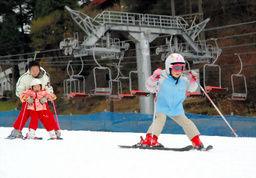 ゲレンデで初滑りを楽しむ子どもたち=神戸市灘区の六甲山人工スキー場