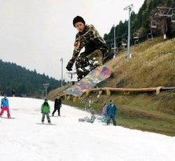 オープンしたスキー場で滑りを楽しむスノーボーダー=12日午後2時15分ごろ、佐賀市富士町の天山スキー場