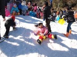 「くりはま花の国」に出現した「雪の国」で歓声を上げて遊ぶ子どもたち