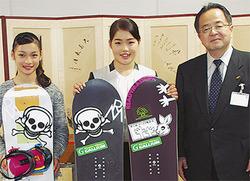 活躍を報告した純菜さん(中央)、珠琳さん(左)