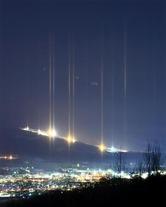 天に伸びるライトピラー。ダイヤモンドダストにスキー場のナイター照明などが反射したもので、下方向にも光が伸びたり街明かりの一部が柱状になっているところも=北海道北見市(大里直也撮影)(写真:産経新聞)