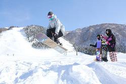 好天の下、初滑りを楽しむスノーボーダー=スノーバレー利賀スキー場
