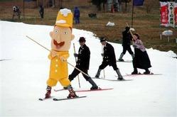 新潟県湯沢町の苗場スキー場で昨年開催されたイベント「スキーの新潟オープニングin苗場2010」。スキー発祥100周年キャラクターの「レルヒさん」を先頭にした1本杖スキーが披露された(新潟県提供)