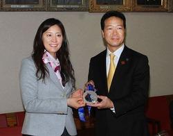 銀メダルを手に笑顔の竹内と西川・旭川市長
