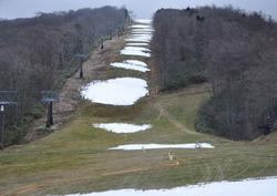 雪を待つゲレンデ。途切れ途切れでは滑れない=福島県猪苗代町の箕輪スキー場で2009年11月28日午後4時12分、金寿英撮影