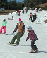 初滑りを楽しむスキーヤーたち=22日午前、兵庫県豊岡市のアップかんなべみやの森コース(写真:産経新聞)
