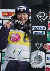 スノーボードのW杯種目別最終成績で3位に入り、メダルを手に笑顔の竹内智香(22日、イタリア・バルマレンコ)