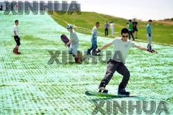 中国遼寧省で初の夏でも滑走可能なスキー場が6月初め、瀋陽市棋盤山風景区にオープンする。コースは天然の雪に近い感覚に整え、オープンの日を待つ。(新華社発 鄭磊撮影)