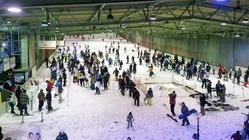 大勢の若者でにぎわう狭山スキー場(2月16日、所沢市の狭山スキー場提供)