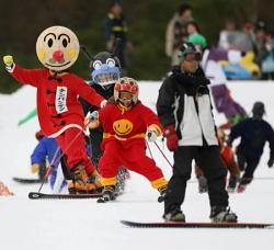 今シーズン、日本一早くオープンしたスキー場で滑走を楽しむスキーヤーたち=静岡県裾野市の「スノータウン イエティ」で20日午前9時2分、内藤絵美写す(毎日新聞)
