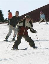 初滑りを楽しむスキーヤー=1日午前9時57分、神戸市灘区の六甲山人工スキー場(彦野公太朗撮影)(写真:産経新聞)