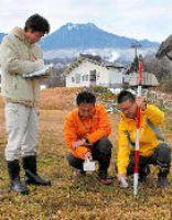 空中の放射線量を測る市職員=妙高市の赤倉観光リゾートスキー場