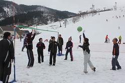雪面に足をとられながらスノーバレーを楽しむ参加者